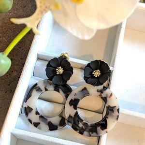 Jewelry - Earrings with black flower